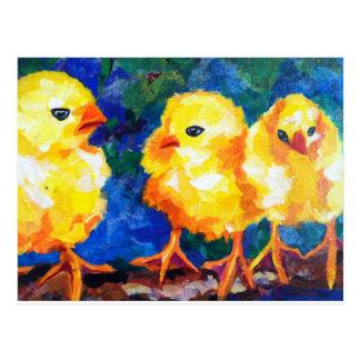 Tres polluelos profundamente en la conversación tarjetas postales