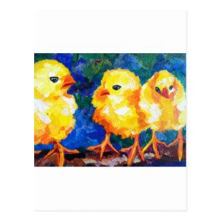 Tres polluelos profundamente en la conversación tarjeta postal