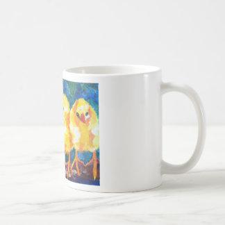 Tres polluelos profundamente en la conversación taza de café