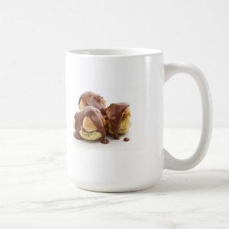 tres profiteroles taza de café