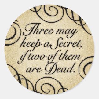 Tres pueden guardar un secreto pegatina redonda