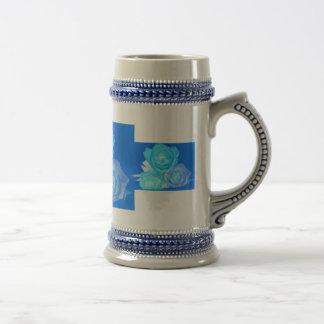 Tres rosas, color azul invertido que brilla intens jarra de cerveza