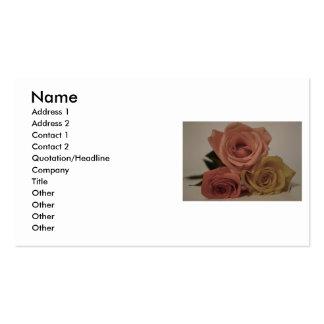 Tres rosas palidecen coloreado tarjetas de negocios