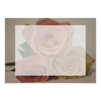 tres rosas pálidos coloreados en sombras del comunicado personalizado