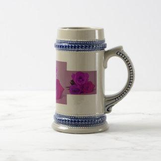 Tres rosas, púrpura teñida en una parte posterior  taza