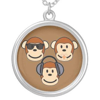 Tres sabios y monos enrrollados colgante redondo