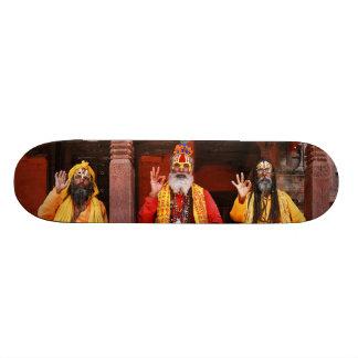 Tres Saddhus que se sienta en el templo Nepal de V Patín