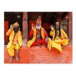 Tres Saddhus que se sienta en el templo Nepal de V Tarjetas Postales
