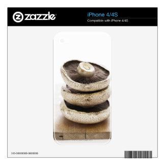 Tres setas planas en pila en el tablero de madera skin para el iPhone 4S