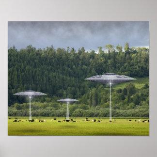Tres UFO con el campo del poster de las vacas