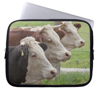 Tres vacas en una manga del ordenador portátil de  fundas computadoras