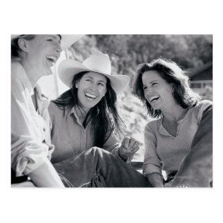 Tres vaqueras que ríen junto postales