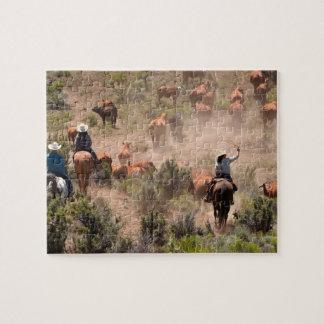 Tres vaqueros y vaqueras que conducen ganado puzzle