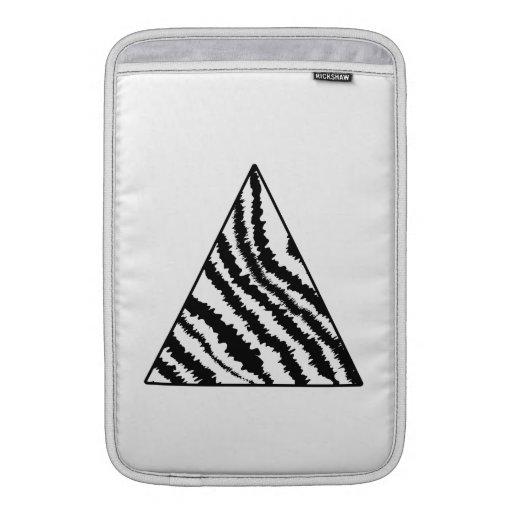 Triángulo blanco y negro de la raya de la cebra. M Fundas Macbook Air