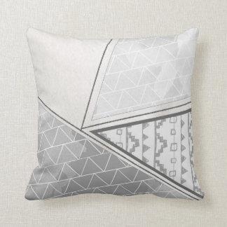 Triángulo tribal almohada