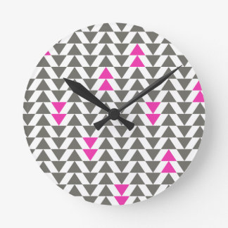 Triángulos del carbón de leña y de la magenta reloj redondo mediano
