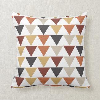 Triángulos en esquemas de color del otoño cojín