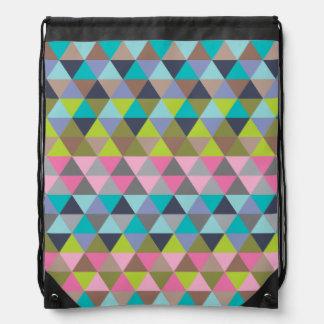 Triángulos en verdes y rosas de azules mochilas