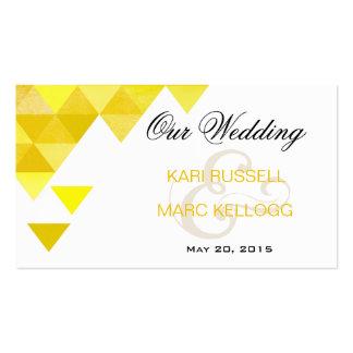 Triángulos geométricos que casan el oro amarillo d plantilla de tarjeta de visita