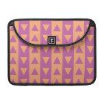 Triángulos y rayas púrpuras y anaranjados funda para macbooks