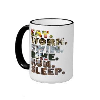 Triathlete come vida de cada día del sueño del fun taza de café