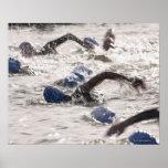 Triathletes que compite en la pierna de la nadada  poster