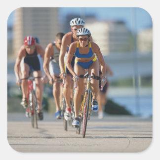 Triathloners que completa un ciclo 2 pegatina cuadrada