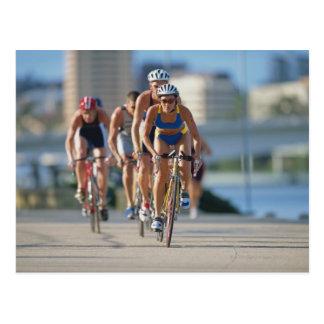 Triathloners que completa un ciclo 2 tarjetas postales