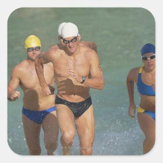 Triathloners que corre del agua 3 calcomania cuadradas personalizadas