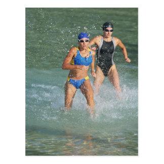 Triathloners que corre del agua tarjeta postal