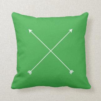 Tribal mínimo verde moderno de la flecha cojín