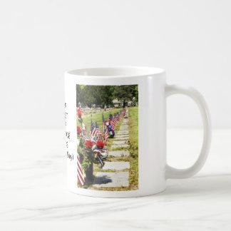 Tributo del día del monumento/de veteranos taza