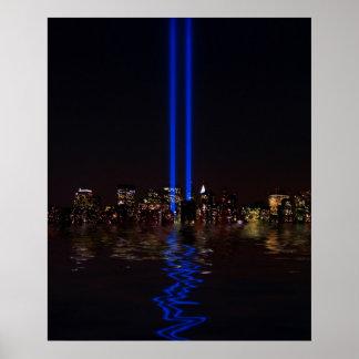 Tributo del World Trade Center en luz en la noche Poster