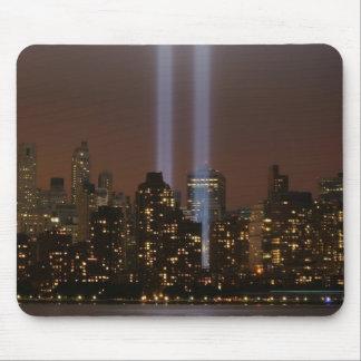 Tributo del World Trade Center en luz en Nueva Yor Alfombrillas De Ratones