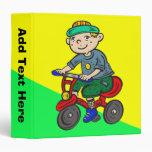 Triciclo del montar a caballo del muchacho