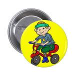 Triciclo del montar a caballo del muchacho pins