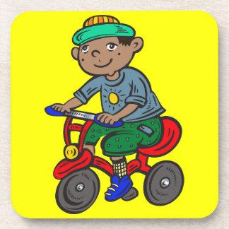 Triciclo del montar a caballo del muchacho posavasos de bebidas
