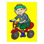 Triciclo del montar a caballo del muchacho postal
