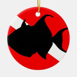 Triggerfish de reina de la bandera de la adorno navideño redondo de cerámica