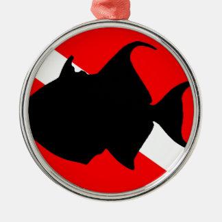 Triggerfish de reina de la bandera de la adorno navideño redondo de metal