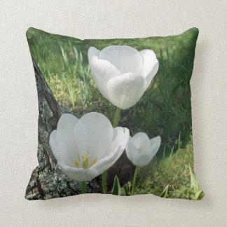 Trío blanco de la flor de los tulipanes cojín decorativo