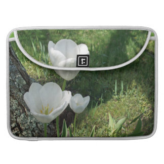 Trío blanco de la flor de los tulipanes fundas para macbook pro
