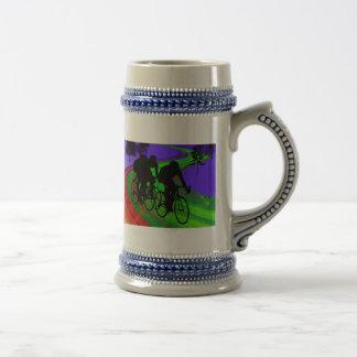 Trío de ciclo en el camino de la cinta tazas de café