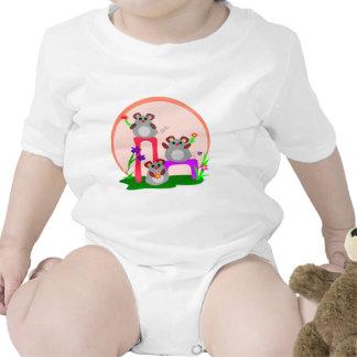 Trío de los ratones que agita traje de bebé