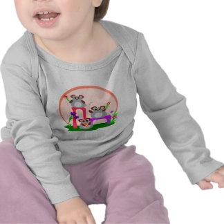 Trío de los ratones que agita camisetas