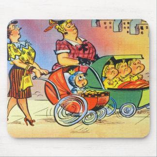 Tríos, un bebé, y las mamáes tapetes de raton