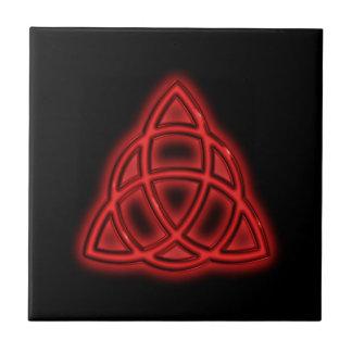 Triquetra de neón rojo azulejos