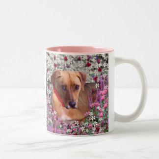 Trista el perro del rescate en flores taza de dos tonos