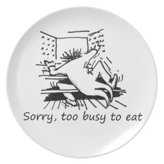 Triste, demasiado ocupado comer la placa platos de comidas