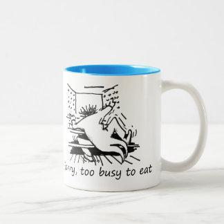 Triste, demasiado ocupado comer taza de café de dos colores